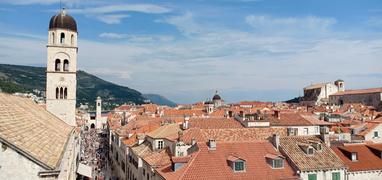 pemandangan kota dari tembok kota