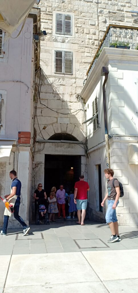 Gerbang Tembaga, Pintu masuk menuju Istana Diocletian, Split, Kroasia