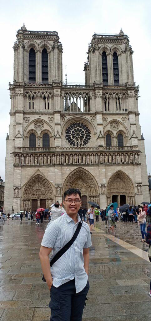 Notredame-pose-Paris-France